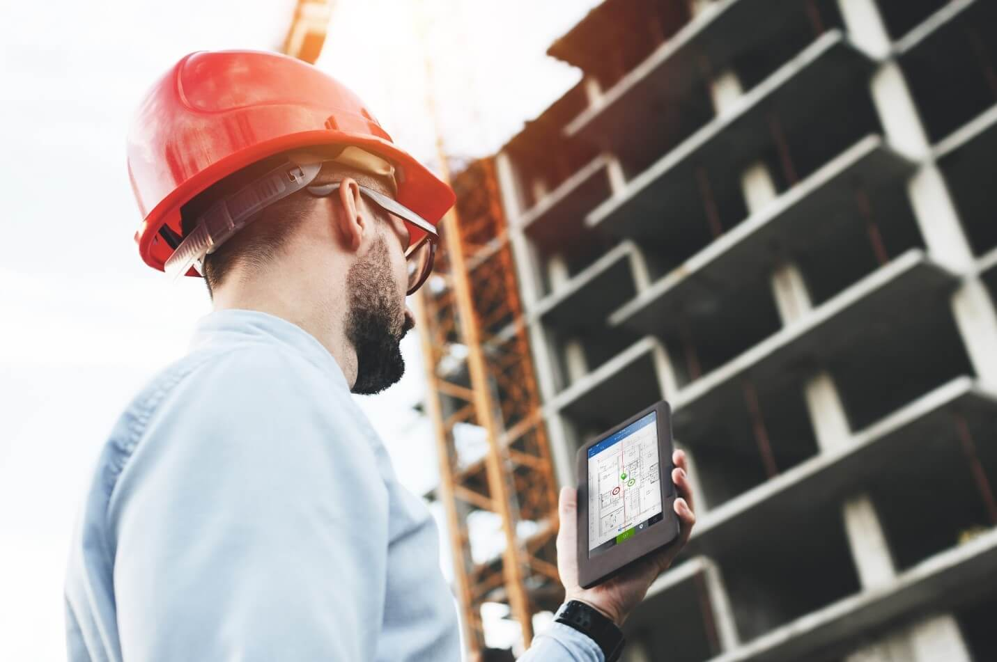 Construction Manager working on Smartphone with PlanRadar