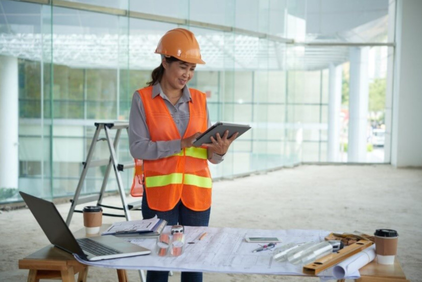 Construction supervisor using building software